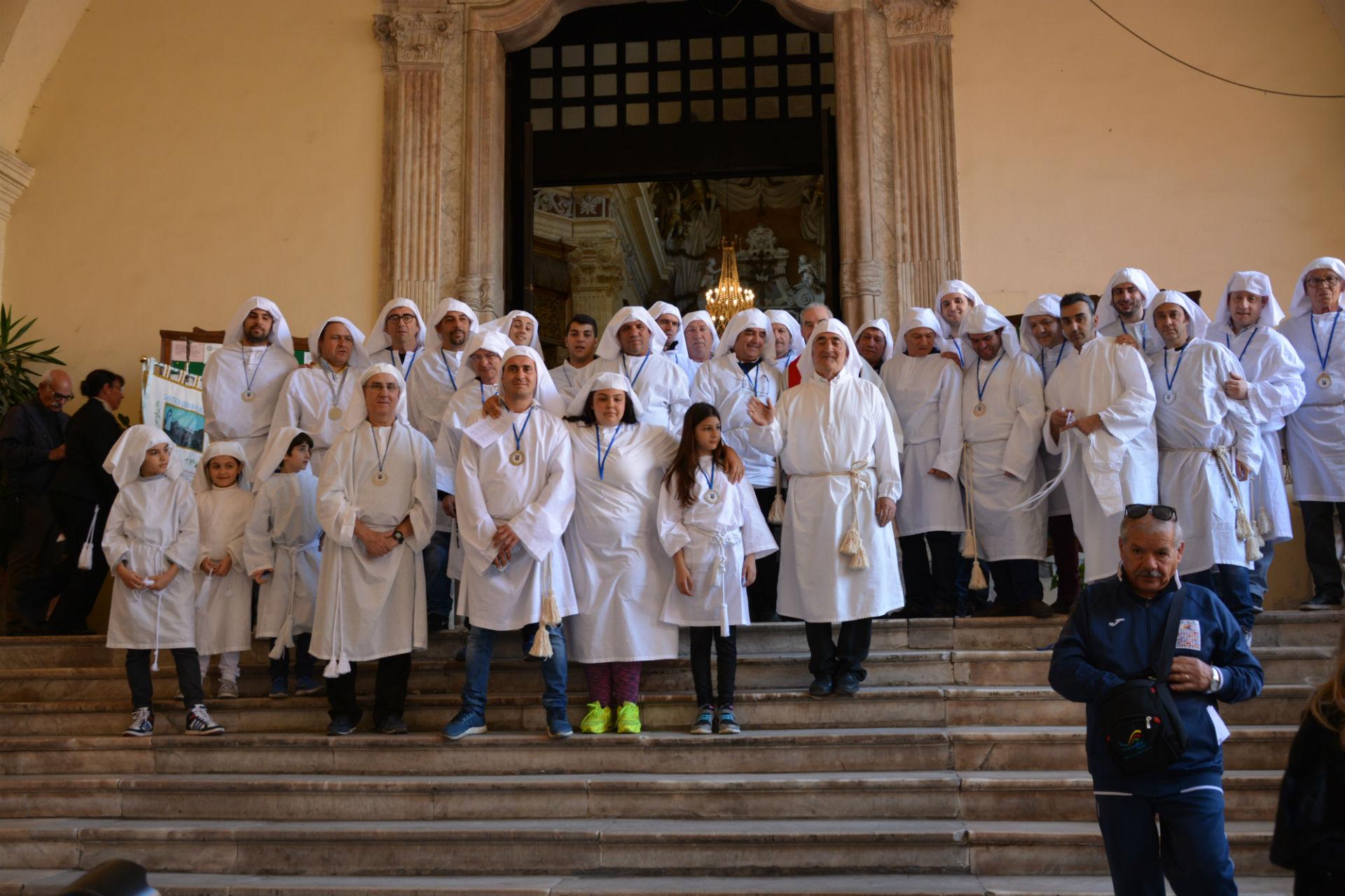 Foto di gruppo della Congregazione degli Artieri presso la chiesa di san Michele a Cagliari
