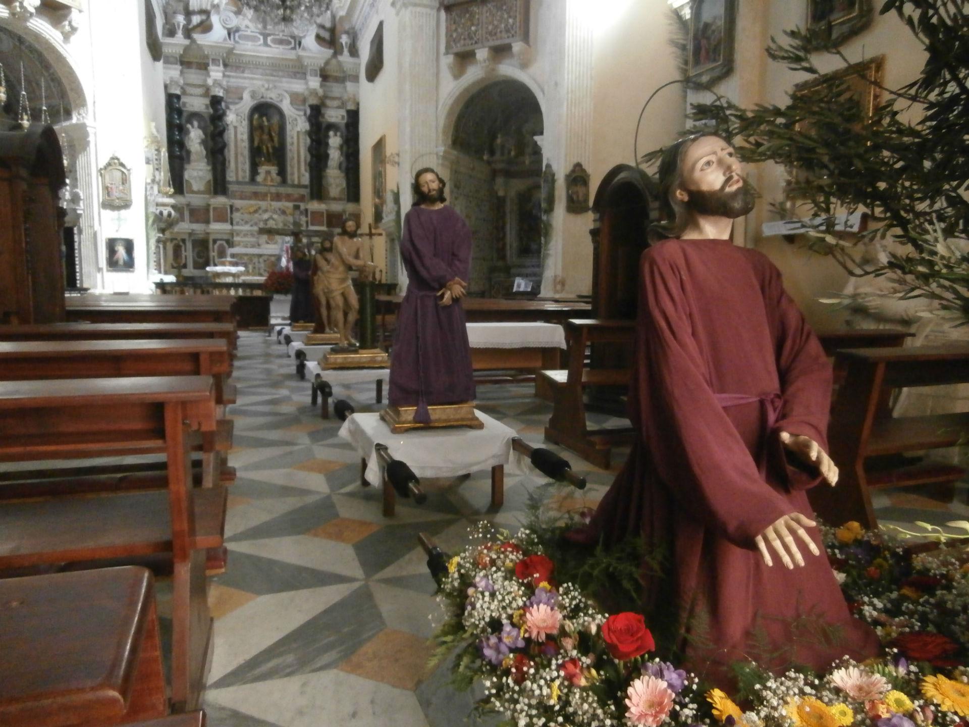 """""""Processione dei Misteri"""" del martedì santo animata dalla """"Congregazione degli artieri"""" presso la Chiesa di san Michele a Cagliari"""